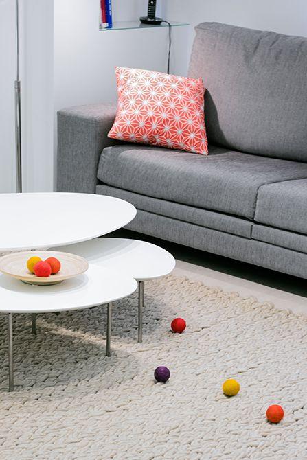 Chiralt Arquitectos I Salón en vivienda moderna con mobiliario minimalista y alfombra trenzada.