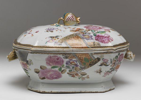 """Sopera en porcelana china de Compañía de Indias, S.XVIII-XIX, con decoración Famila Rosa, """"turqoise-ground"""", con motivos vegetales en grisalla."""