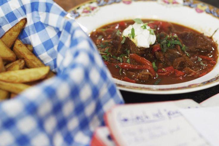 Recepten kunnen al eens veranderen, afhankelijk van waar je ze eet. Goulash, bijvoorbeeld: deze Hongaarse versie van ons vermaarde stoofvlees is eigenlijk een stevige soep, maar om een of andere reden eten Vlamingen het doorgaans als een stoofschotel. En waarom ook niet? Goulash is een mooi alternatief voor een keteltje klassieke Vlaamse karbonaden, zeker met een scheutje jenever erbij. Heerlijk met een portie verse friet!