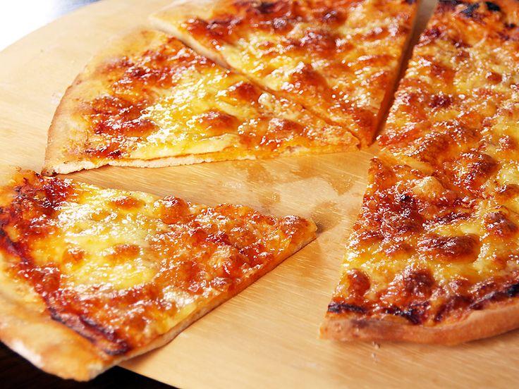 Sajtos-sonkás házi pizza, rengeteg sajttal! Könnyű elkészíteni, ez a tökéletes vacsora!