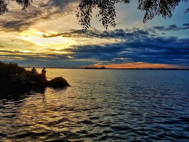 Lokasi : Batu-batu Benua Patra | Melawai | Balikpapan . . . . . #andrography #andrographysamarinda #balikpapan #balikpapanku #melawai #photoindonesia #photography #photoshoot #photoart #photographer #photographers #sunset #twilight #android #explorebc #exposure #explore #pnwbest #pnw #longexposure #exposure #landscapephotography #landscape #landscaping #longexpo_addiction #longexposhots #pesonaindahborneo #portscape #serikat_fi #photos #explorebc #landscaper