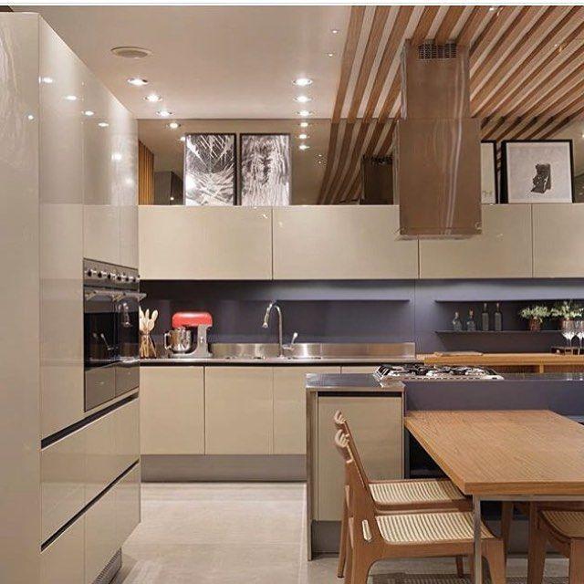 WEBSTA @ anacarolinagalvao - Encantada com a combinação de cores dessa cozinha!! Armários em laca bege natural em contraste com o azul seco!! Perfeito!!!  Por @claudia_pimenta e @patyfranco72