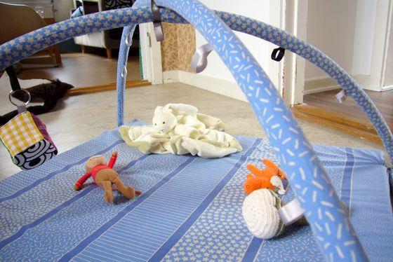 Mitt hemmasydda babygym med stomme av rockring och liggdel av skummgummimadrass.