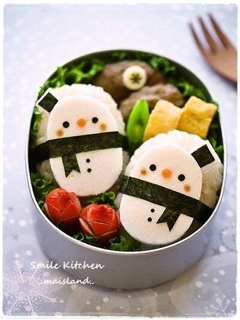 冬にぴったり!簡単・かわいい雪だるまのアイデア弁当♪ | キナリノ こちらの雪だるまは、なんとはんぺんでできています!のりで作った