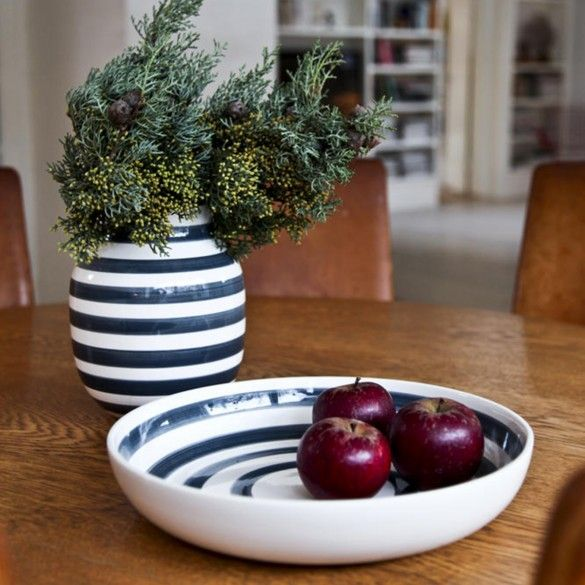 With its granite grey stripes, the elegant Omaggio dish is perfect for food, since the colour is both classic and subdued.