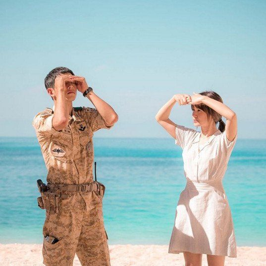 'Descendants of the Sun' Pretty photo of Song Joong-ki and Song Hye-kyo on the beach