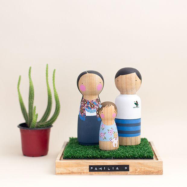 A Major Tom cria bonecos de madeira personalizados perfeitos para representar personagens, noivos, topos de bolo e famílias. Conheça o trabalho de Andi!