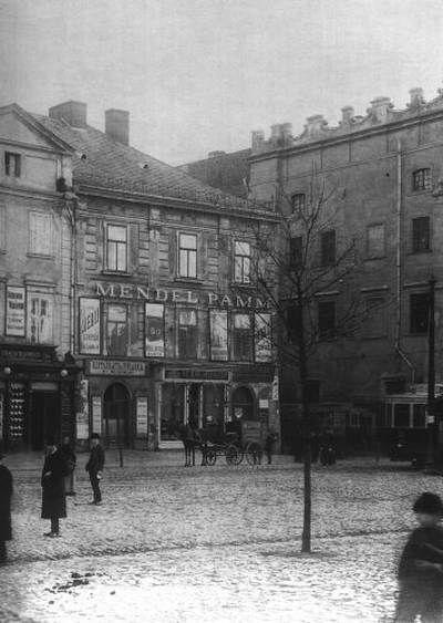 """Rynek główny 5.Kamienica Bidermanowska.Kamienica zwana """"Barszczowe"""" przed przebudową w 1906 roku. Obecny budynek powstał w latach 1912-1914."""