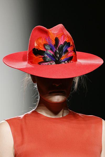 Hola, sombrero con plumas!!! Juan Vidal MBFWM Otoño-Invierno 2014-2015