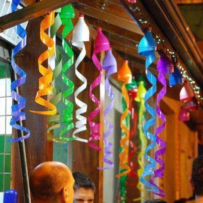 DEcoración para fiestas con botellas de plástico de colores
