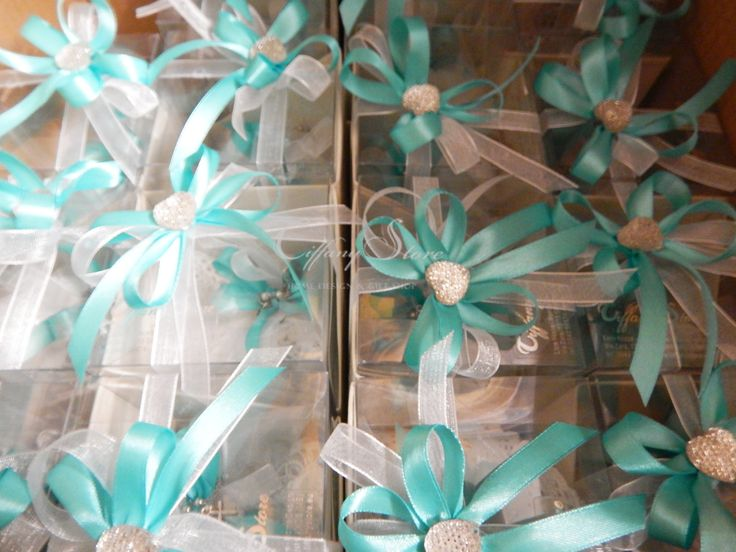Stile Tiffany.. per confezionare una graziosa e originale bomboniera per comunione .... Bracciale Rosario su sacchetto fatto a mano all'uncinetto...e confezionata dentro astuccio.. chiuso con punte luce dalle mani esperte di Tiffany Store Lab