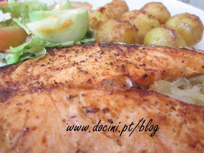 Receita Prato Principal : Salmão assado no forno com batatas assadas de Docini