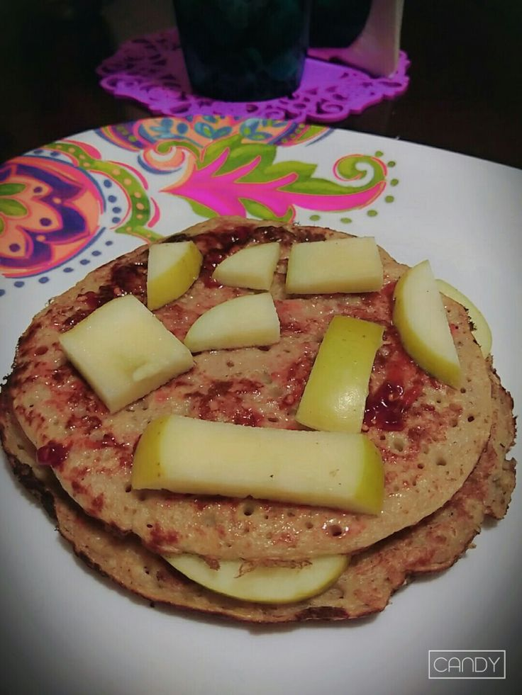 Hoy cakes de plátano, avena, chía y cacahuate. Con un toque de mermelada de frambuesa y manzana.