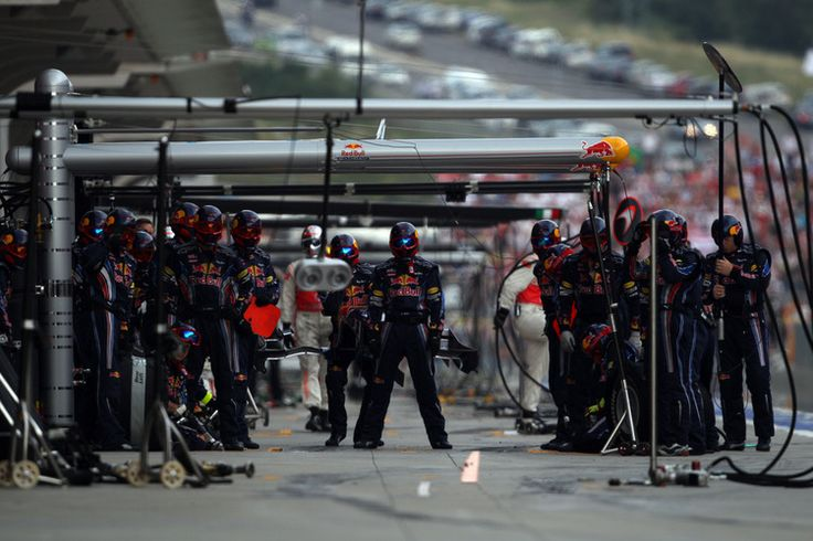 To zdjęcie czekających w gotowości mechaników teamu Red Bull podczas Grand Prix Turcji pokazuje, że można uzyskać ciekawe ujęcie bez obecności bolidu na pierwszym planie.Zdjęcie wykonane aparatem Canon EOS 1D Mark IV, ogniskowa 550 mm, czas ekspozycji 1/1250 s,  wartość przysłony f/4