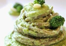 Spaghettone al basilico con crema di broccoli, mandorle e caprino