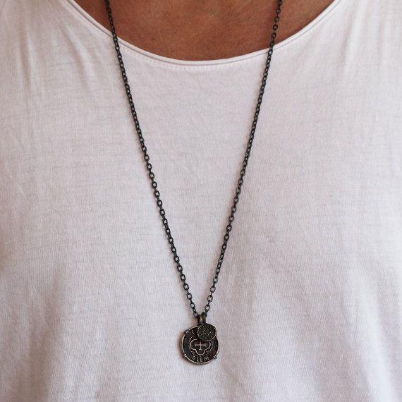 Carpe Diem Halskette mit Messing, Silber und Metall-Legierung, die beide diese Anhänger für einen alten antiken Look oxidiert haben. Gemacht mit meinen großen und kleinen Kap Diem Münzen, haben beide Münzen die lateinische Übersetzung nutze den Tag auf der gegenüberliegenden Seite.