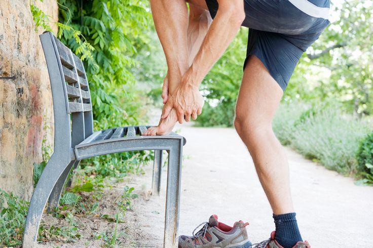 Der Fersensporn verursacht Schmerzen, die sich so anfühlen, als sei man in eine Scherbe getreten. Der dornförmige Knochenauswuchs entsteht vor allem durch dauerhafte Belastung des Fußes. Durch vielfältige Therapiemethoden lässt er sich heute effektiv behandeln. Und wer seinen Fuß richtig trainiert, kann dem knöchernen Vorsprung am Fersenbein auch gezielt vorbeugen.