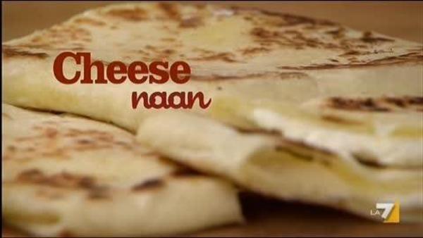 Il cheese naan è  un pane lievitato e cotto sulla piastra, ripieno con formaggio cremoso.. specialità indiana