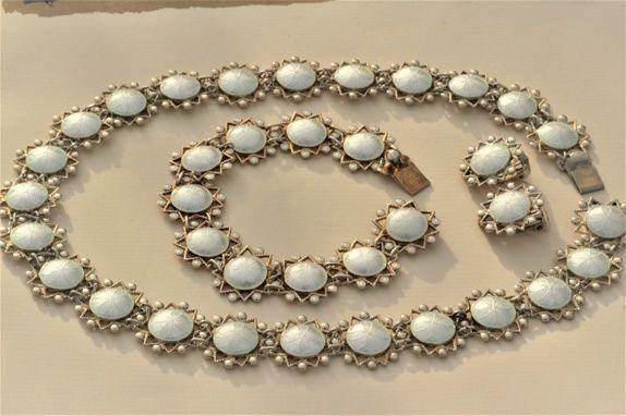 Arne Nordlie. Tredelt smykkesett i sterling sølv og emalje. Vintage