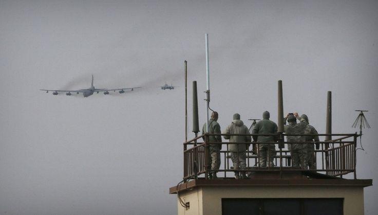De Amerikaanse luchtmacht is zondag met een B-52-bommenwerper over het Koreaanse schiereiland gevlogen. Het machtsvertoon is een reactie op de nucleaire te...
