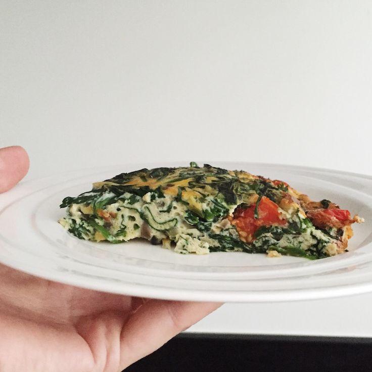 Een makkelijk recept voor Frittata met spinazie en tomaat. Heerlijk als lunch, tussendoortje of zelfs ontbijt.