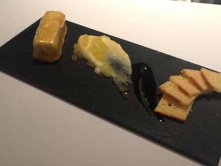 Lingote de oro de foie, con manzanas, moderna y pasiegos.