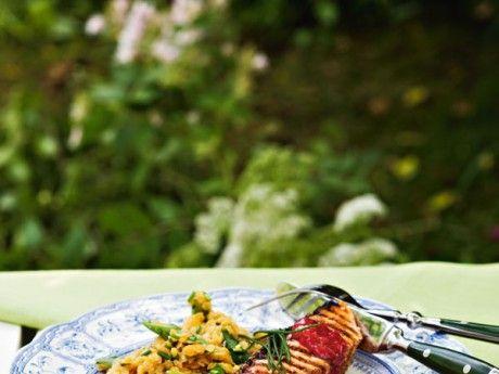 Grillad lax med rabarbersås och varm linssallad