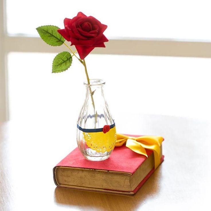 #mulpix Centros de SO das mesas Diâmetro Convidados com vaso e flor Mais que Perfeita da @cheirodesaudade que sempre nsa Atende com Muito carinho   A Bela ea Fera Paragrafo OS 4 anos da Beatriz  Projeto e decoração @silviaroverieventos  Peças @popmobilelocacao  Painel de mdf @crisslocacoess  Flores de papel @ designnopapel  Arranjos Florais @marciamesquitafestaseventos  Bolo e bolinhos 3D @madamegateau  Cupcakes, minicupcakes, pirulitos e brigadeiros com mini-rosas @redappleatelie…