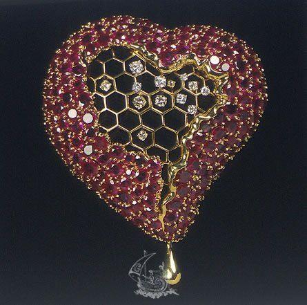El corazón del panal de miel - Dalí - 1949 - Oro amarillo de 18 -Oro amarillo de 13-14 Kt en la aguja; Diamantes (13), talla brillante (redonda) y 8/8, de 1.5 a 3.0 mm de diámetro, aproximadamente; Rubíes naturales (corindón), talla mixta (redonda y ovalada) de 2.0 a 4.5 mm, aproximadamente