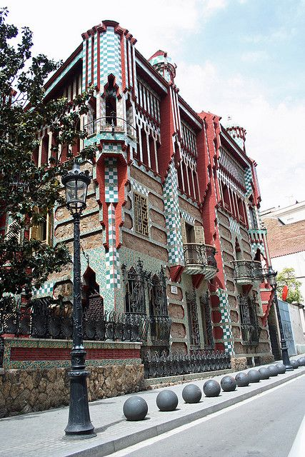Casa Vicens, Barcelona, Spain -1883-1889 - ligt aan de Carrer de les Carolines op nummer 24 in de wijk Gràcia
