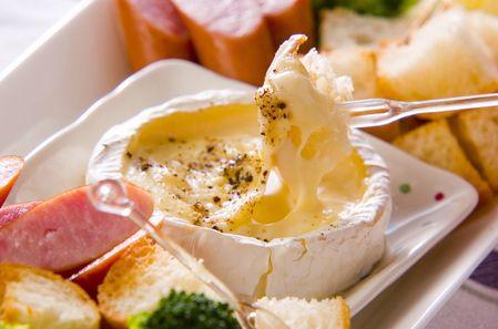 出典:http://erecipe.woman.excite.co.jp 最近人気のおうちで作るプチ贅沢レシピをご存知ですか?寒さも厳しくなる中、おうちでほっこりと過ごしたいという方が増えてきています。 そんなときに選ばれているのが、カマンベールで作るチーズフォンデュ。早速レシピをご紹介するので、ぜひ作ってみてください。 オーブンで焼くだけ♪カマンベールチーズフォンデュの作り方 出典:http://erecipe.woman.excite.co.jp ≪準備するもの≫ ・カマンベールチーズ 1個 ・黒コショウ 適量 ≪作り方≫ 1. カマンベールチーズの上の固い部分を取りのぞきます。 2. 黒コショウをふりかけます。 3. アルミホイルの上に置き、オーブントースターで加熱します。 4. チーズが溶けてグツグツしてくれば、できあがりです。 出典:http://myculinarycurriculum.blogspot.jpl…