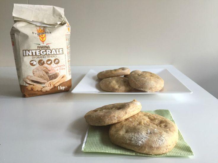 Le focaccine integrali al rosmarino sono un ottimo sostituto del pane e ci permettono con grande semplicità di ritrovare i sapori di una volta!