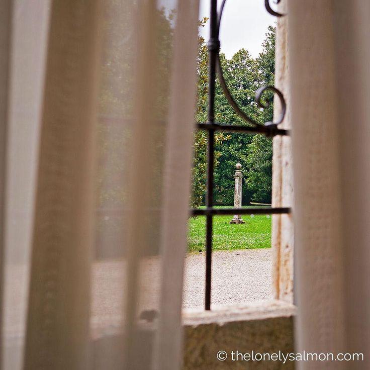 Uno scorcio sul giardino antistante il castello all'interno delle mura. In passato alla colonna venivano legati i cavalli e così legati li si montava per girare in cerchio come una giostra. . Grazie ad @albertodelonghi che ci ha accompagnato alla scoperta di questo meraviglioso luogo.