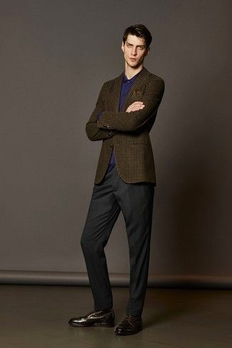 Equípate un blazer de lana a cuadros marrón con un pantalón de vestir gris oscuro para una apariencia clásica y elegante. Completa el look con botas formales de cuero en marrón oscuro.