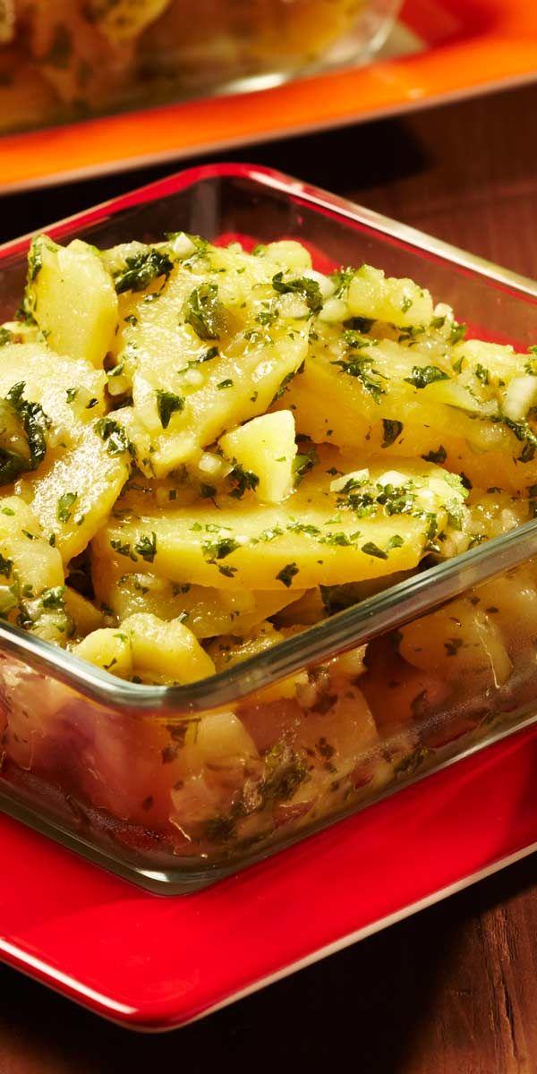 Klassisch und altbewährt! Wir lieben Kartoffelsalat zu Weihnachten. Warum? Du kannst ihn warm und kalt auftischen und er schmeckt immer.