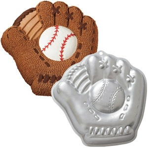 Baseball glove cakes...great look for detail of the glove i wanna do!