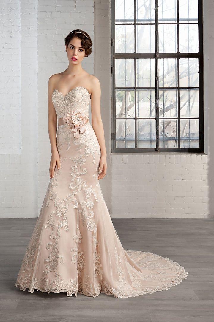 7783, collectie 2016 Een fishtail trouwjurk waarin vele aparte elementen zijn samengevoegd met een fantastische jurk als resultaat. Het roze onderkleed zorgt er voor dat de prachtige kantapplicaties extra mooi uitkomen. Met of zonder tailleband, het blijft een exclusieve jurk waarin elke bruid het stralende middelpunt is. #zeemeermin #strapless #gekleurd #kant #koonings