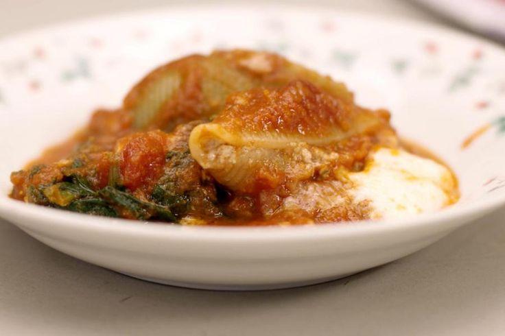 Pasta komt in alle maten en vormen. De grote pastaschelpen zijn als eetbare doosjes die je kan volproppen met een heerlijke vulling. Ik maak een mengsel op basis van Parmezaanse kaas, pancetta en verse basilicum. Daarna verdwijnen de gevulde schelpen in de oven, in een schotel met verse spinazie en overgoten met een eenvoudige tomatensaus. Wie dat wil, kan de hele schotel voorbereiden en vlak voor etenstijd in de oven stoppen.