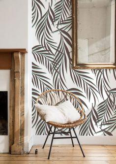 Papier peint tropicaux - fauteuil en rotin http://www.m-habitat.fr/murs-facades/revetements-muraux/poser-du-papier-peint-2908_A #rotin #déco #tropical