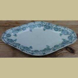 Frans brocante serveerschaaltje met roosjes, Argenton     Off white schaaltje met een blauw/ groene bedrukking.Gemerkt: Argenton, St.Amand les Eaux. 25 cm x 14 cm x 2,5 cm.In een zeer goede staat.