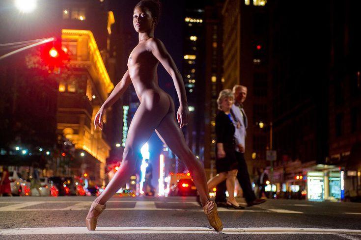 裸で踊れるのになぜ服を着る? ダンサーたちが、ありのままの姿でニューヨークを舞う(画像集)
