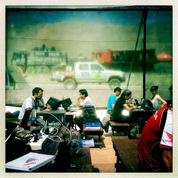 14.01.2014 r., CHile, Iquique: Centrum prasowe w strefie serwisowej. AFP PHOTO / FRANCK FIFE