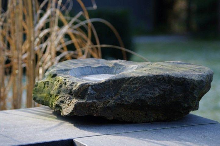 Stenen vogelbad voor in de tuin