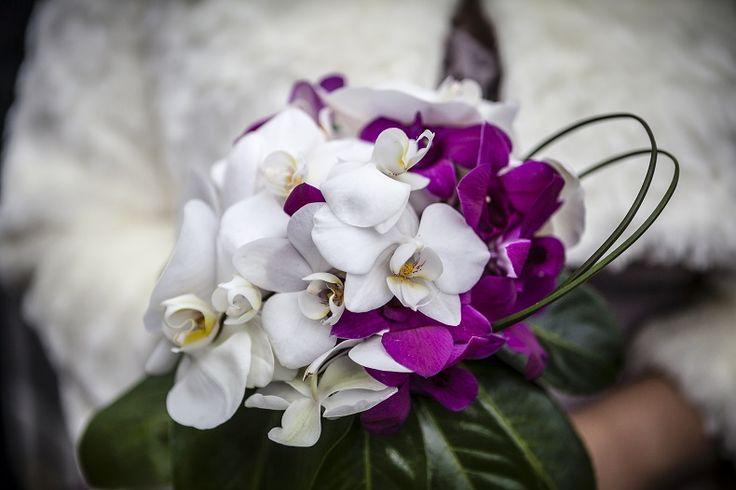 Ramo de orquideas blancas y moradas con base de hojas de lauro #ramosdenovia #unico #exclusivo #diseño #flores #orquidea #arreglosflorales #novias #celebracion #leavesdesign