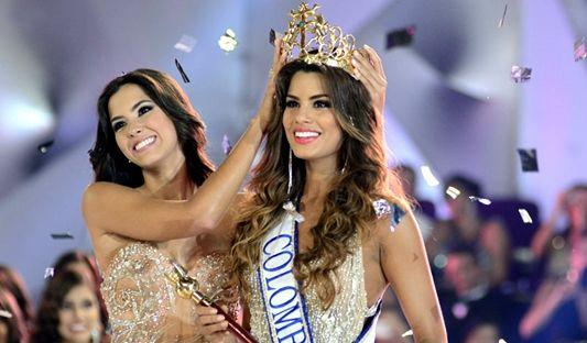 La nueva señorita Colombia Adriana Gutiérrez Arévalo recibe la corona de su prima Paulina Vega