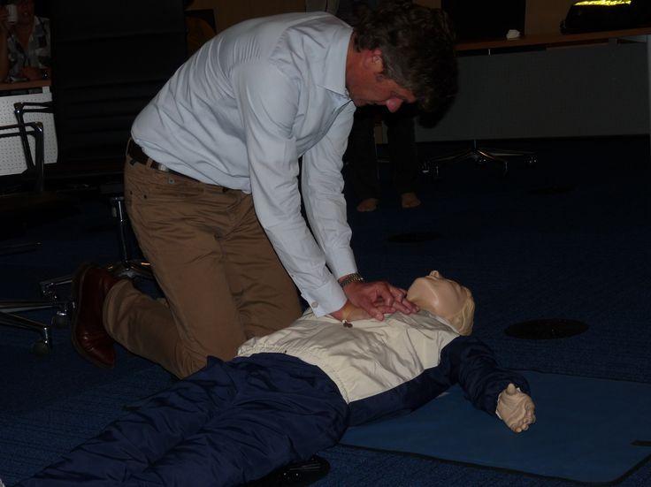 Burgemeester Toon Mans hecht veel belang aan een grote groep burgers die bij een hartstilstand snel hulp kan bieden door middel van een AED-apparaat. Daarom neemt hij deel aan twee instructieavonden reanimatie/AED. En hij is geslaagd!  Geinteresseerden voor een AED-functie kunnen zich ook aanmelden, doe dat via zesminutenzones@castricum.nl. Meer informatie: http://www.6minutenzone.nl/