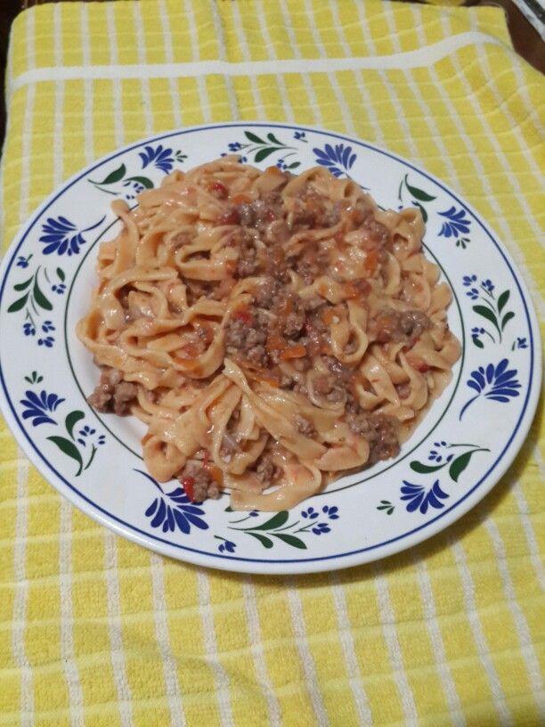 Fideos caseros al morrón con salsa boloñesa