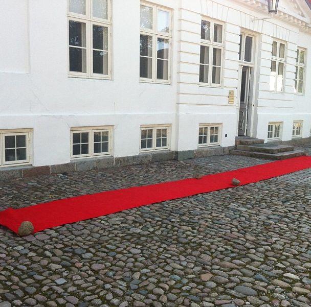 Rød løber foran indgangen møder konsulenterne som det første :-)