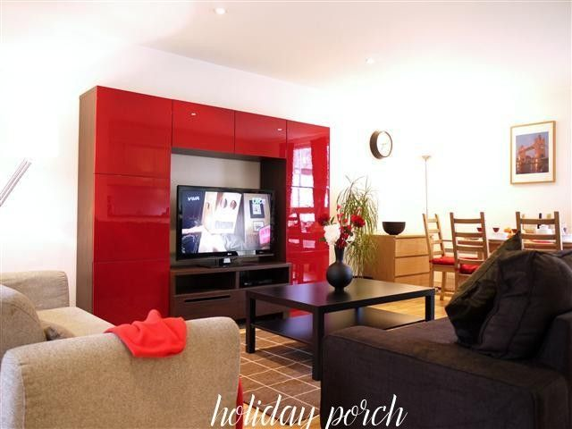 This modern 2 bedroom holiday rental apartment in Old Street area of London is on the ground floor and can accommodate up to 6 guests. No Booking Fees.