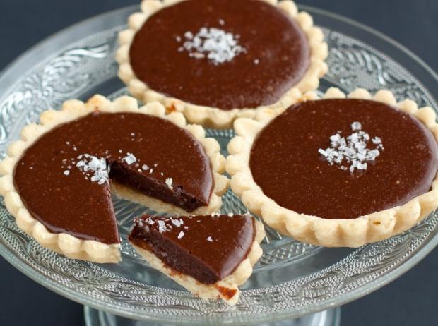 Tartellette al caramello al sesamo e cioccolato fondente